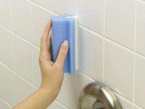 почистването на банята не винаги е особено приятно занимание