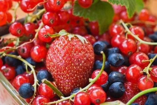 червените плодове и зеленчуци оказват добър ефект на разширените вени