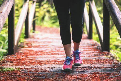 вървене против болка в коленете