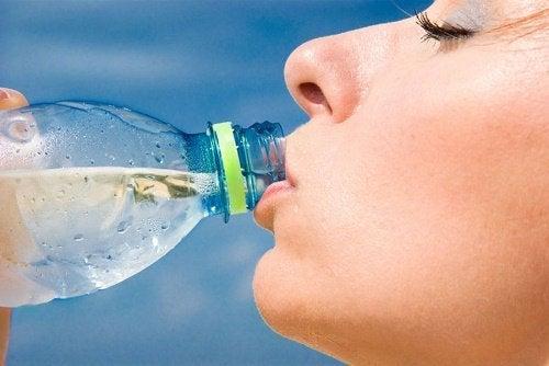 Пийте вода, за да се справите с отпуснатата кожа.