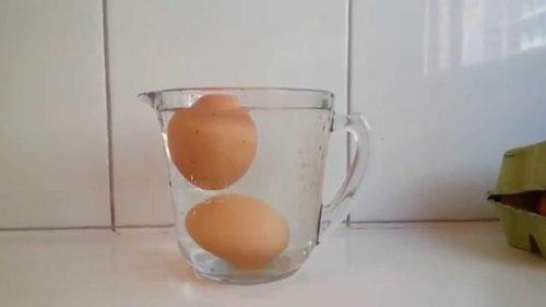 използвайте вода, за да разберете дали яйцата са развалени