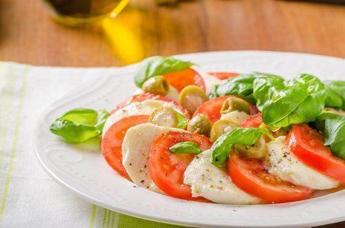 здравословна салата с домати и моцарела