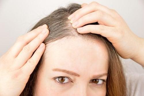 Използвайте тези 6 билки и подправки за насърчаване растежа на дългата коса