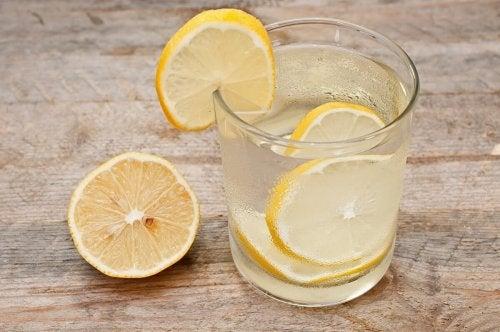 лимоновият сок неутрализира неприятните киселини