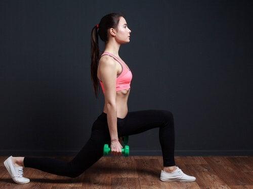 Нападите са тонизиращо упражнение, което стяга и оформя дупето и краката ви.