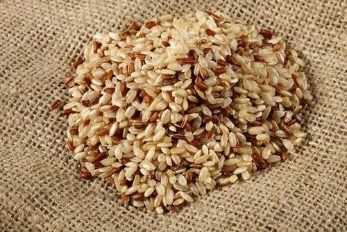 кафяв ориз, който спомага производството на меланин