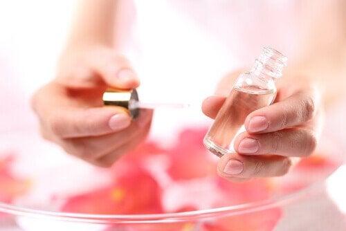 Едно от приложенията  на розовото масло е за лечение на целулит.