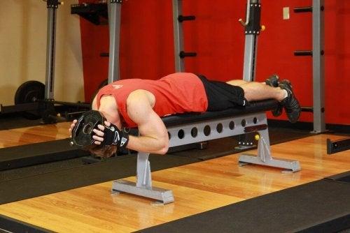 укрепете мускулите на врата с упражнение на пейка