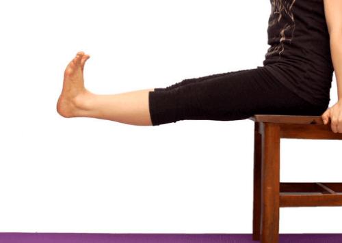 упражнения за крака със стол