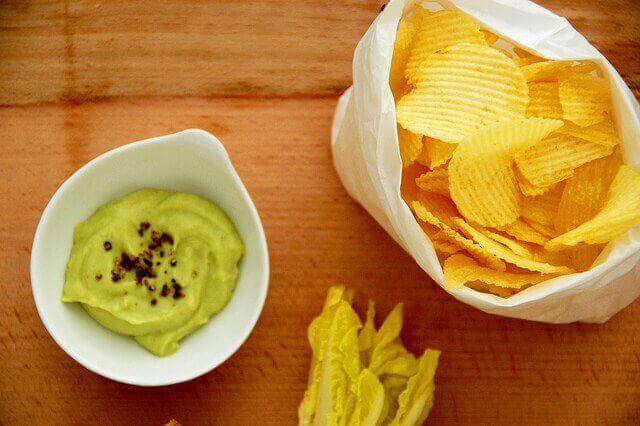 чипс и гуакамоле