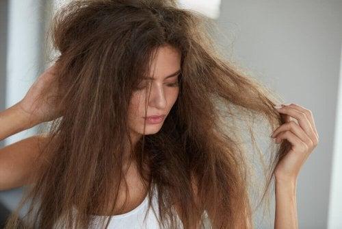 Хидратирайте изтощената коса с тези 5 натурални средства