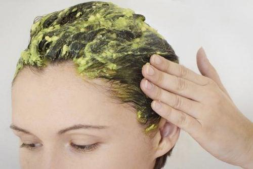 Маска за коса с авокадо, мед и жълтък за възстановяване на изтощената коса