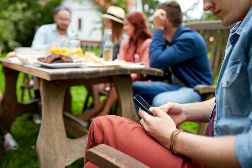 номофобия - по-свързани, но и по-самотни