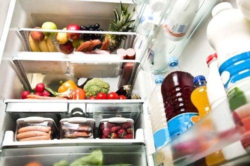 използвайте лимоните, за да премахнете неприятната миризма в хладилника