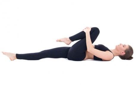 ефикасни упражнения за справяне с газовете - поза за облекчаване