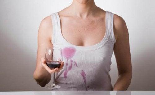 употреба на бирата за премахване на петна от дрехите.