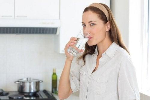 пиенето на вода помага при камъни в бъбреците