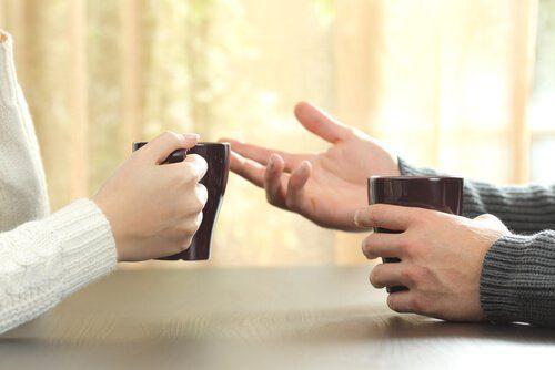 Езикът на тялото: винаги показвайте ръцете си по време на разговор
