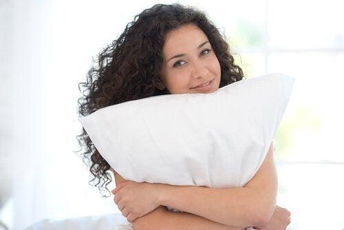 удобна възглавница помага при болка във врата