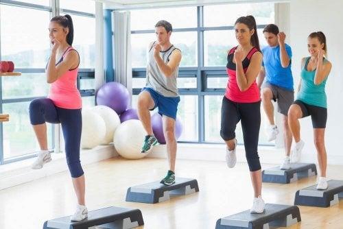 упражнение за намаляване на талията - колене и лакти