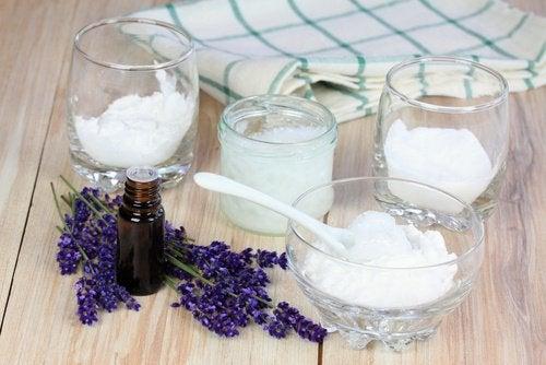 дезодорант, който помага за елиминирането на остатъците, причиняващи миризмата на подмишниците, се приготвя от глина, кокосово масло и сода за хляб