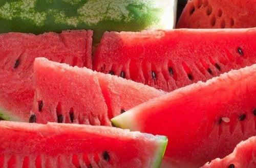 плодови смутита с диня за изгаряне на плодовете