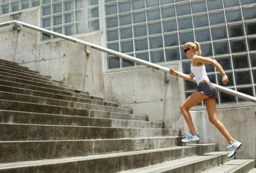 Изкачването на стълби е от тези кардио упражнения, които са много лесни и ефикасни