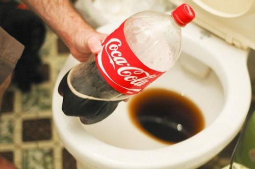 почистете тоалетната от минералин отлагания с газирана напитка