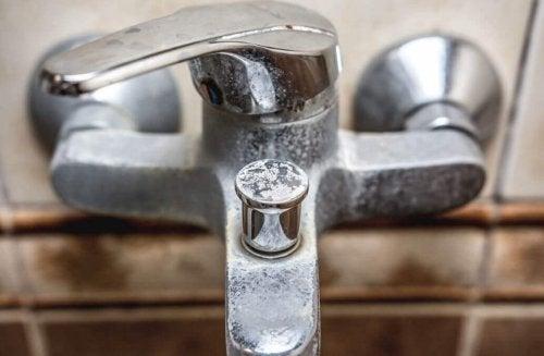 Как да премахнете минералните отлагания от вашата баня естествено
