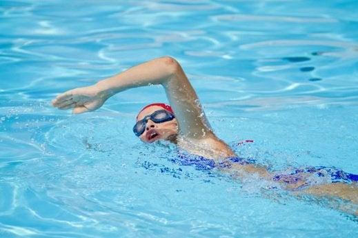Плуването укрепва мускулите, костите и ставите.
