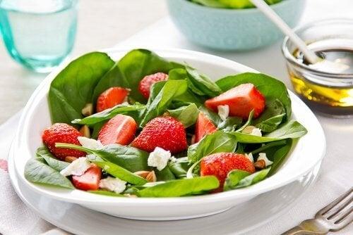 салата със спанак и ягоди