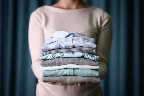 сгънати дрехи