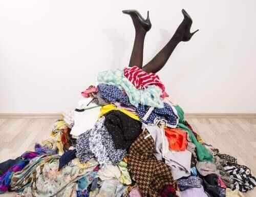 Нямате гардероб? 7 идеи как да подредите дрехите си