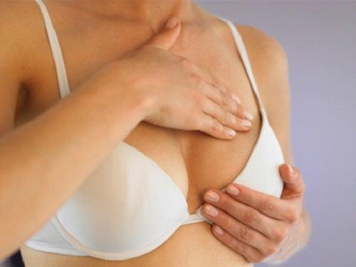 При болка в гърдите е добре да изследвате сами за бучки и кисти