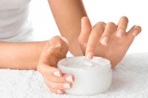 За да нямате чупливи нокти трябва да ги хидратирате редовно