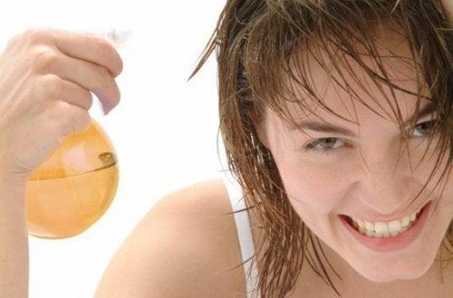 използвайте ябълков оцет за изсветляване на косата по естествен начин
