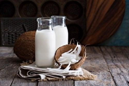 кокосовото мляко ще бъде ваш верен помощник, ако целта ви е сгъстяване на веждите