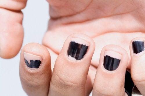 лакът за нокти ги уврежда и ги прави чупливи