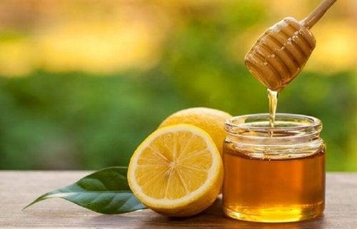 Лимоновият сок е чудесно средство против зачервено гърло