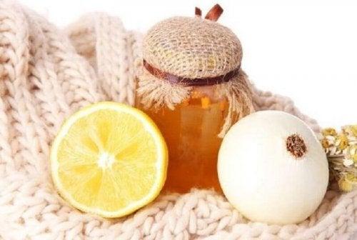 лук и мед за справяне с кашлицата
