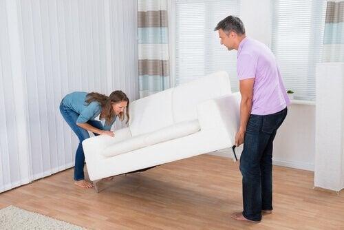 Безпорядъкът: купете някои мебели