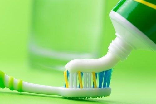 пастата за зъби ще ви помогне лесно да почистите ютията си