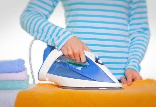 Как да почистите ютията, когато започне да лепне