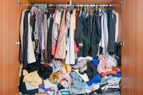 научете се как да подреждате дрехите си, ако нямате гардероб