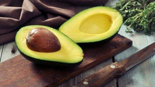 авокадото е верен помощник за подхранване на косата