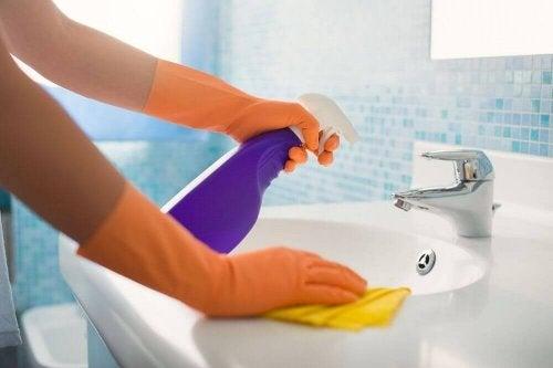 носете ръкавици, за да се радвате на здрави и красиви, а не чупливи  нокти
