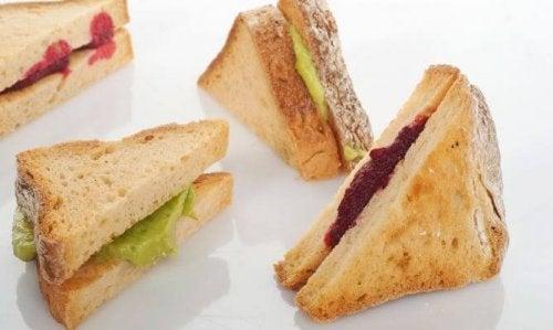 здравословна закуска от сандвич с цвекло и авокадо