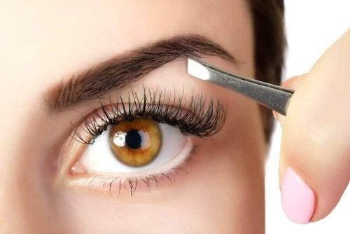 5 съвета за сгъстяване на веждите с помощта на натурални продукти