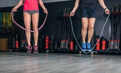 скачането на въже ще ви помогне в борбата с отпусната кожа