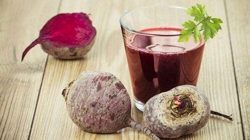 Сок от червена боровинка, цвекло и лимон за прочистване на черния дроб